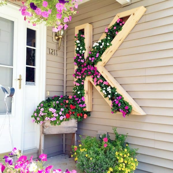 18 DIY Yard Ideas – Backyard projects you can do this weekend! If you're looking for some ways to add a little fun, comfort and functionality to your backyard, check out these inspiring DIY yard ideas.