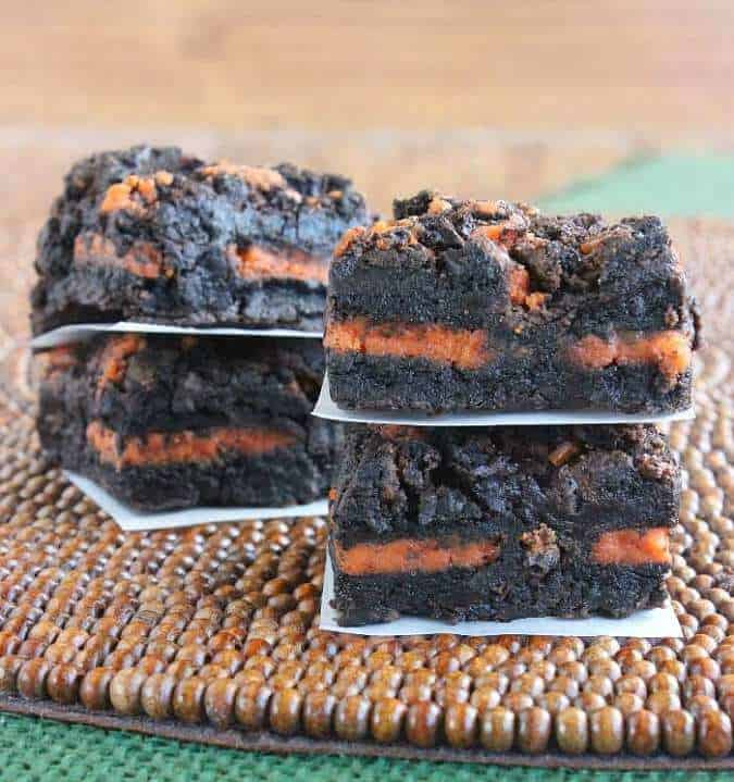 Autumn Oreo Brownies - These Fall recipes are perfect for the holidays and for any time you want to bring the delicious smells of apple, cinnamon, and pumpkin into your home. You're guaranteed to find a fall flavor you love with these 18 delicious fall dessert recipes.