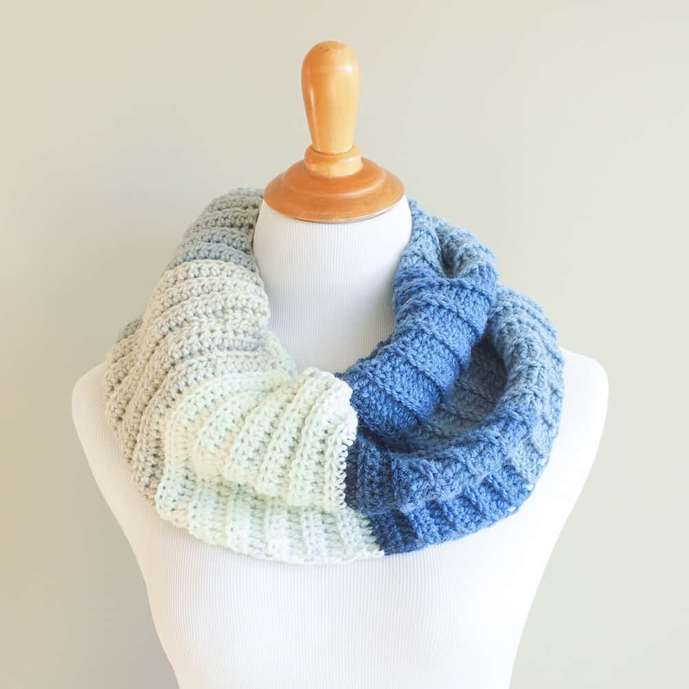 The colors and the back loop only stitch are what really sets the Modern Cowl apart from other scarves. #crochetcowl #crochetscarf #freecrochetpattern #crochetpattern #crochetlove #crochetaddict
