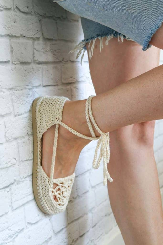 Dream Catcher Sandals - These crochet sandals and barefoot sandals are the perfect summer crochet projects. These crochet patterns take just a little bit of yarn. #CrochetSandals #CrochetPatterns #CrochetSandalPatterns