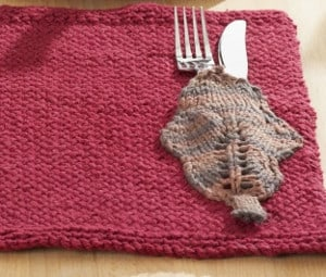 Autumn Leaves Knit Placemat - We've got 16 quick and easy Thanksgiving knitting patterns for anything from hats, to centerpiece decorations. #knittingpatterns #thanksgivingknittingpatterns #freeknittingpatterns