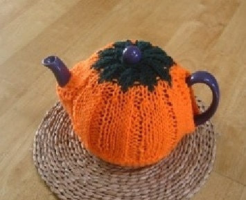 Pumpkin Tea Cozy - We've got 16 quick and easy Thanksgiving knitting patterns for anything from hats, to centerpiece decorations. #knittingpatterns #thanksgivingknittingpatterns #freeknittingpatterns
